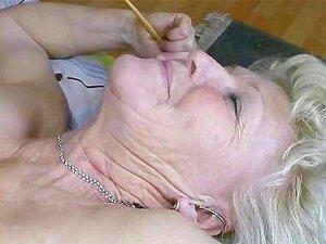 Alte fettleibige Oma mit großen Titten, die auf den Boden hängen, Sila fickt jungen Kerl