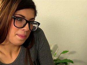 Verspielte brünette Fee Ava Taylor wird richtig gefickt und ins Gesicht gefickt