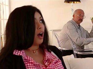 Die kurvige schwarze Aaliyah Hadid wird von einem weißen Jungen in die Beute gebohrt