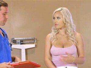 Das saftige blonde Mädchen Kylie Page wird von einem großen schwarzen Schwanz gefickt